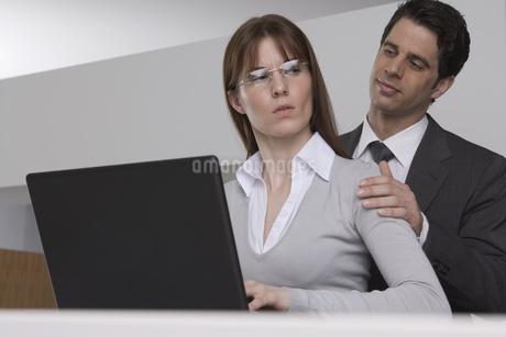 Businessman touching businesswoman's shoulderの写真素材 [FYI02131620]
