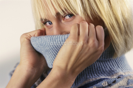 Woman in turtleneck sweaterの写真素材 [FYI02131641]