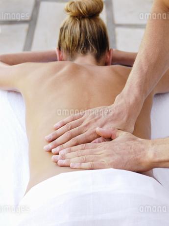 Woman receiving massageの写真素材 [FYI02131650]