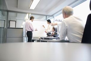 Businessmen talking in officeの写真素材 [FYI02131668]