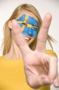 Young woman with Swedish flag painted on faceの写真素材 [FYI02131789]