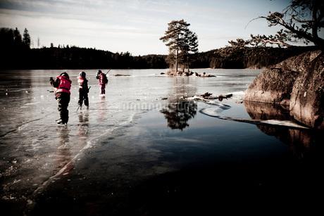 Three children are nordic iceskatingの写真素材 [FYI02131790]