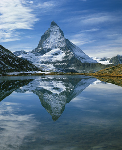 The Matterhorn reflected in Riffelsee, Zermatt, Valais Canton, Switzerlandの写真素材 [FYI02131794]