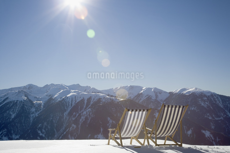 Deck chairs in snow on mountain, Luesener Alm, Dolomite Alps, South Tyrol, Italyの写真素材 [FYI02131799]