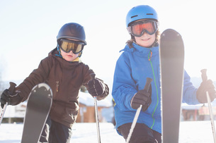 Siblings skiing togetherの写真素材 [FYI02132053]