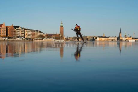Man skating on frozen lakeの写真素材 [FYI02132472]