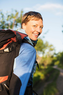 Portrait of female hiker smiling outdoorsの写真素材 [FYI02132628]
