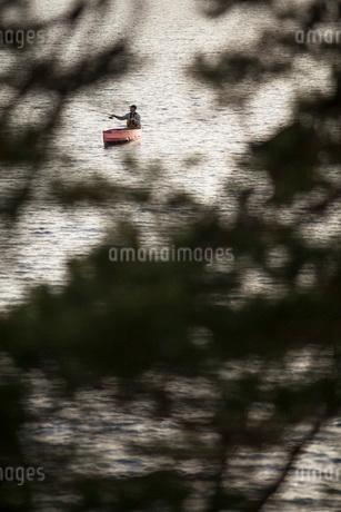 man fishing from canoeの写真素材 [FYI02132685]