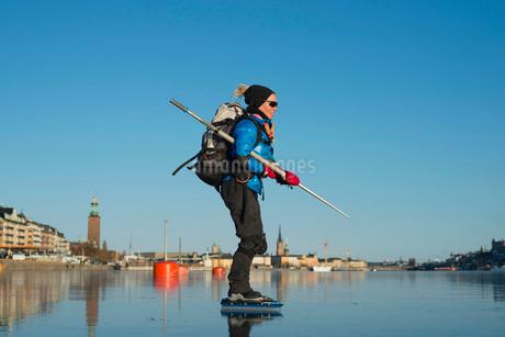 Profile shot of woman skating against skyの写真素材 [FYI02132708]