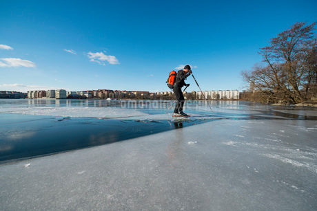 Full length of man skating on frozen lakeの写真素材 [FYI02132719]