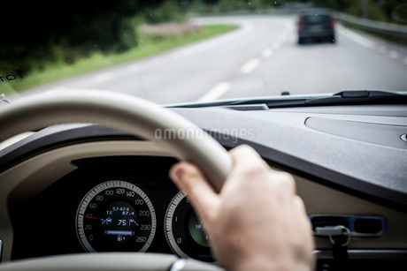 Woman's hand driving carの写真素材 [FYI02132780]