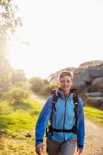 Portrait of female backpacker hiking outdoorsの写真素材 [FYI02132798]