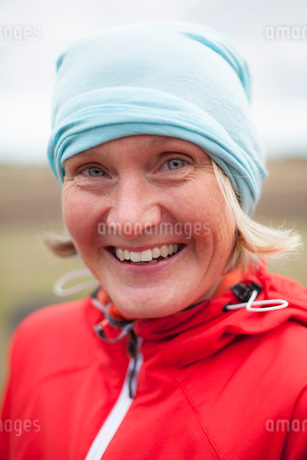 Portrait of happy mature woman wearing bandana outdoorsの写真素材 [FYI02132871]