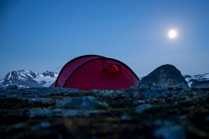 Tent on mountain at nightの写真素材 [FYI02132917]