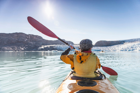 Rear view of mature woman kayaking on seaの写真素材 [FYI02132962]