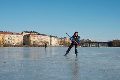 Woman skating on frozen lakeの写真素材 [FYI02132981]