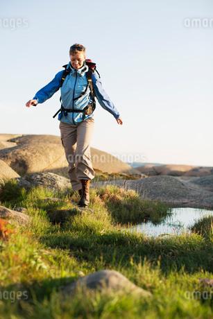 Full length of female backpacker hiking outdoorsの写真素材 [FYI02133101]