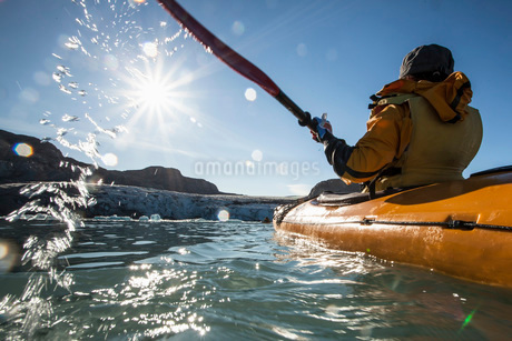 Rear view of mature woman kayaking on seaの写真素材 [FYI02134037]