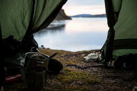 Kitchen utensil in tent at lakeshoreの写真素材 [FYI02134089]