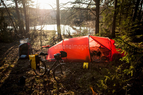Tent and bicycle at lakeshoreの写真素材 [FYI02134341]