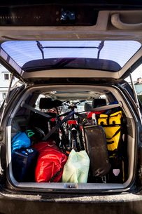 Mountaineering equipment loaded in car trunkの写真素材 [FYI02134415]