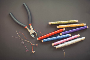 Pliers and wire spools on tableの写真素材 [FYI02135030]