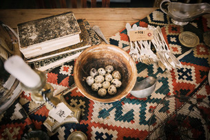 High angle view of antique objects on table in storeの写真素材 [FYI02135294]