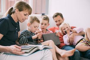 Family spending leisure time in living roomの写真素材 [FYI02135717]