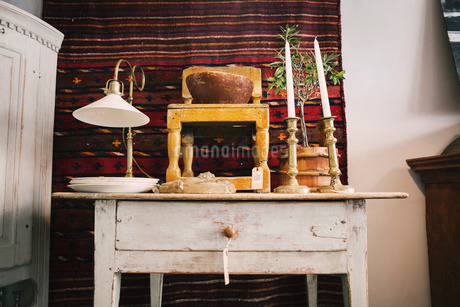 Antique objects on table in storeの写真素材 [FYI02137120]