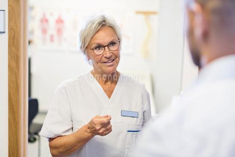 Senior doctor talking to man at orthopedic clinicの写真素材 [FYI02137384]