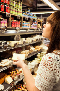 Woman shopping cheese in supermarketの写真素材 [FYI02137690]
