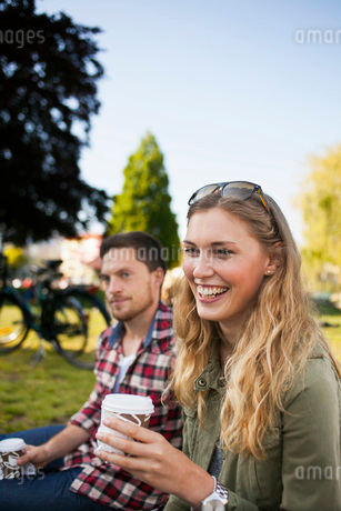 Happy friends having coffee at parkの写真素材 [FYI02138074]