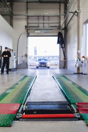Car entering in auto repair shopの写真素材 [FYI02138248]