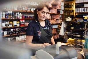 Shoemaker using cash register in repair shopの写真素材 [FYI02139481]