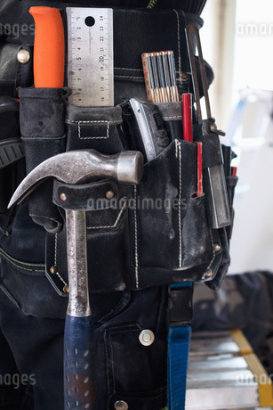Midsection of construction worker wearing tool beltの写真素材 [FYI02139550]