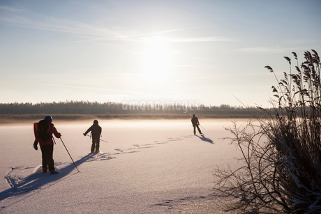 Father with children ice-skating in snowの写真素材 [FYI02139611]