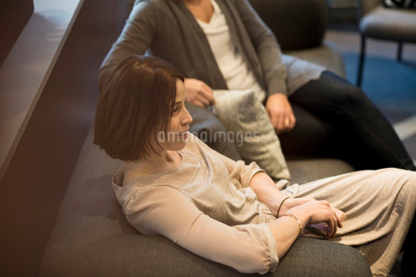 High angle view of business colleagues sitting on sofa in meeting at officeの写真素材 [FYI02139963]