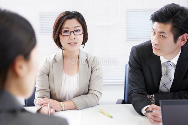 会議で話を聞く女性の写真素材 [FYI02140130]