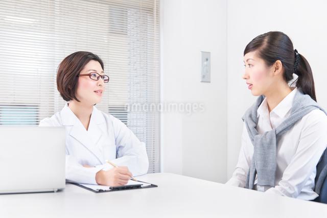 社内にてカウンセリングをする女性社員とカウンセラーの写真素材 [FYI02140140]