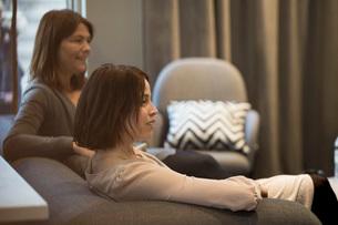 Smiling businesswomen sitting on sofa during meeting at officeの写真素材 [FYI02140169]