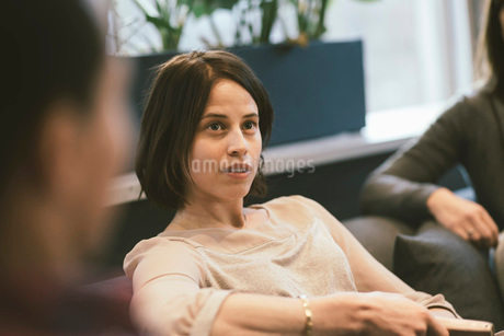 Serious businesswoman listening in meeting at officeの写真素材 [FYI02140232]