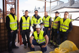 Portrait of confident professional workers posing at construction siteの写真素材 [FYI02140381]