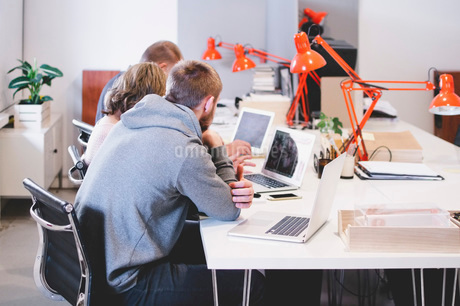 Business people working at desk in creative officeの写真素材 [FYI02140606]