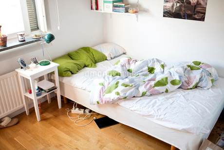 High angle view of unmade bed at homeの写真素材 [FYI02140770]
