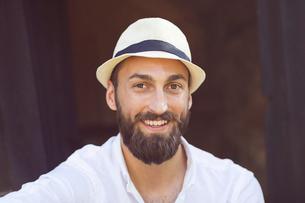 Portrait of smiling man wearing fedora hatの写真素材 [FYI02141445]