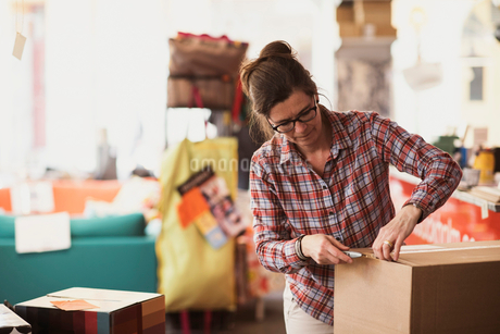 Owner unpacking box at storeの写真素材 [FYI02141556]
