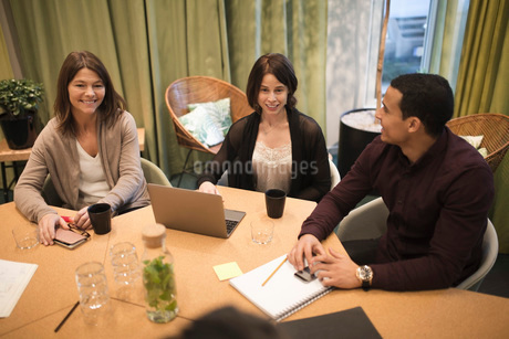 High angle view of business people sitting at conference table during meetingの写真素材 [FYI02142058]