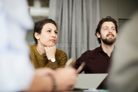 Business team sitting in board room during meetingの写真素材 [FYI02142291]