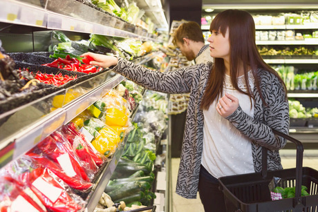 Young couple buying vegetables in supermarketの写真素材 [FYI02142493]