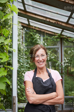 Portrait of confident female gardener standing arms crossed at yardの写真素材 [FYI02142948]